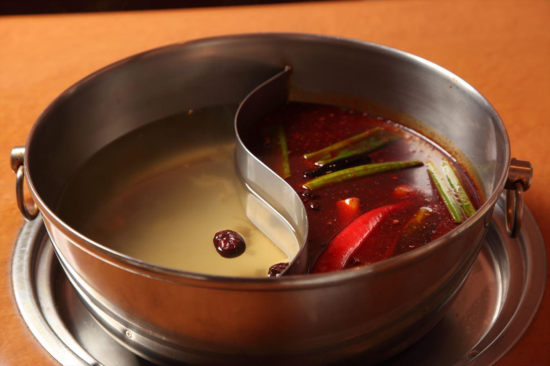 スープにはにんにく、八角、山椒、ナツメ、レモングラス、ニッキ、ネギなども
