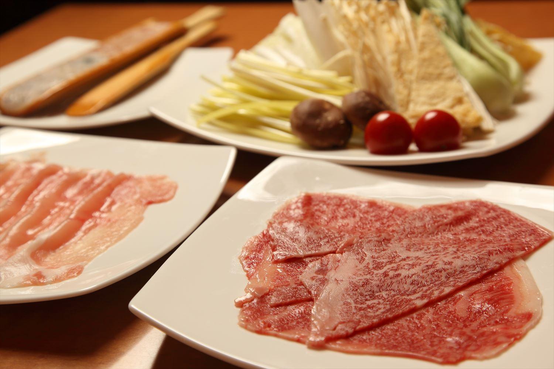 海鮮と鶏のつくね、6種の野菜は先にスープで煮込み、牛肉と豚肉はしゃぶしゃぶ風に