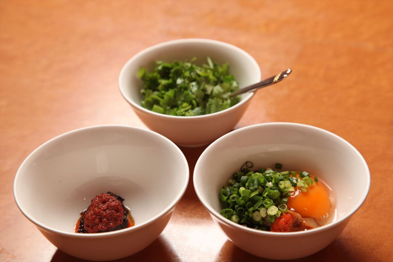 タレのベースも「辣」のすっきり辛味系と、生卵×芝麻醤のコク深いマイルド系の2種