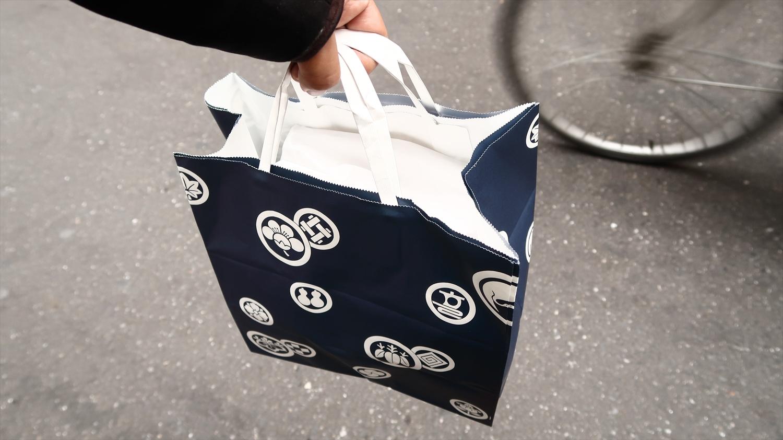 持ち帰りもパックに詰めた後、一品ずつ白い袋に包んだ上でまとめてくれる。どこまでも仕事がていねい