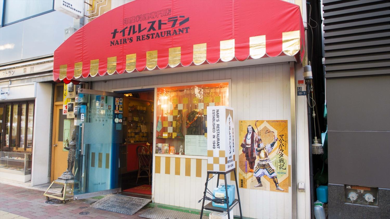 店の外壁にも歌舞伎の公演ポスターが貼られている