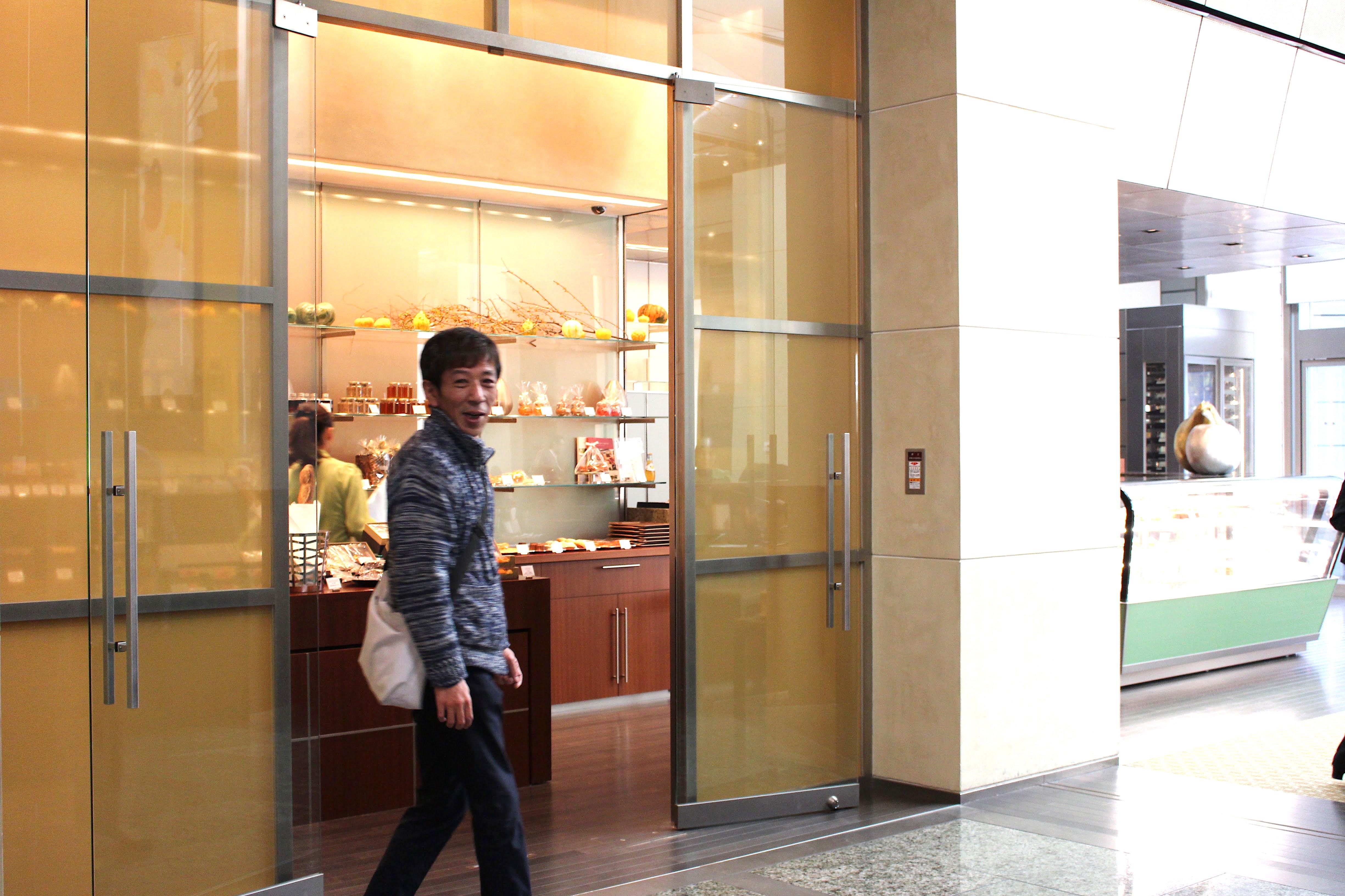 足取り早くお店へと向かうTakahashiさん。